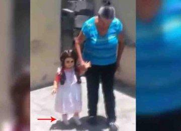 מפחיד – היא מצאה בובה שהולכת רק כאשר היא אוחזת לה ביד