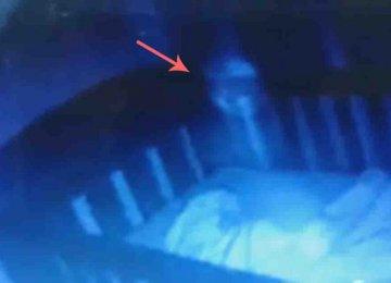 מפחיד: האמא הזו תיעדה 2 רוחות רפאים מרחפות מעל מיטת התינוקת שלה
