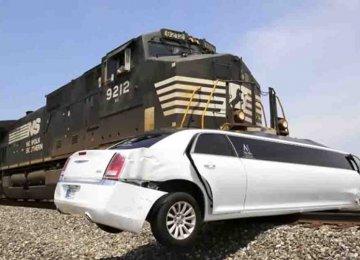 מטורף – רכבת נכנסה במהירות שיא בתוך לימוזינה שנתקעה על הפסים!