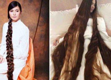 מטורף – השיער שלה כל כך ארוך שהיא צריכה לתפוס אותו בשתי הידיים כאשר היא הולכת