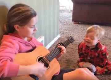 מרגש: תינוק בן שנתיים הלוקה בתסמונת דאון ולא יכול להגיב בדיבור, עושה את הבלתי ייאמן כאשר אחותו מתיישבת על ידו ומתחילה לנגן בגיטרה