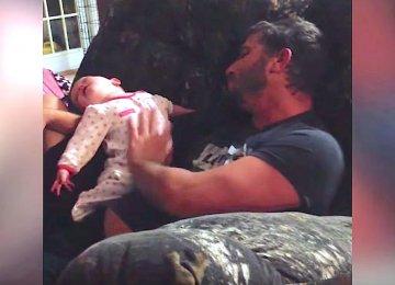 אבא מרים את התינוקת הקטנה שלו, אבל האימא בחיים לא חשבה שהיא תתפוס את זה במצלמה!