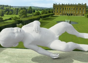 20+ פסלים גאוניים שנראים תלויים באוויר