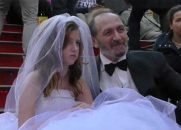 הוא בן 65, והיא בסך הכל בת 12 – תראו את התגובות של האנשים כאשר הם עושים צילומי חתונה ברחוב