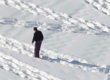 זה נראה כאילו הוא סתם הולך בשלג – אך שימו לב מה קורה כשהמצלמה מתרחקת