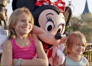 2 ילדות קטנות הצטלמו בדיסנילנד. שימו לב לידיים של מיני מאוס…
