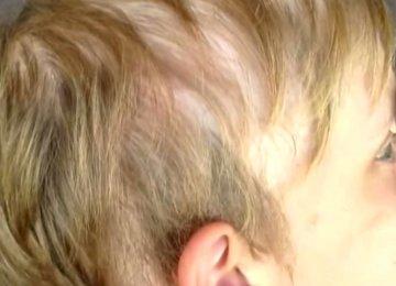 אמא שולחת את בנה לבית הספר כמו בכל יום. אבל אז המורה מבחינה בזה על השיער שלו…