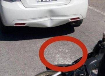 נהג זועם לאחר שרוכב אופנוע התנגש בו. אבל כשהוא מביט על הקרקע, לבו נשבר…