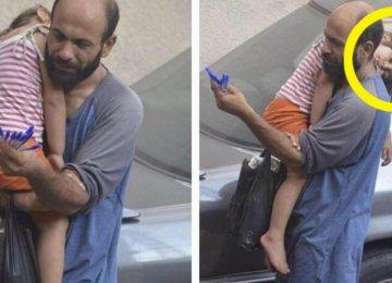 התמונה הזו הביאה מיליוני אנשים לידי דמעות.כל כך נוגע ללב לראות מה נהיה מהאבא הזה