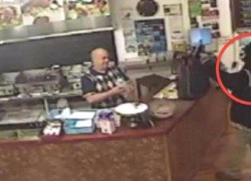 שודד נכנס לבית קפה, אבל צוות העובדים מתעלם ממנו. שימו לב מה הוא עושה לאחר מכן!