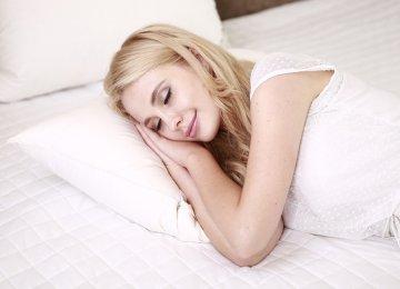 מחקרים קובעים: נשים זקוקות ליותר שינה מגברים – לא תאמינו מדוע